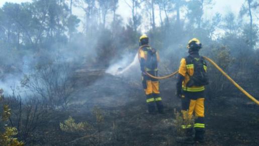 Imagen de archivo de dos bomberos actuando en un incendio en Marratxí.
