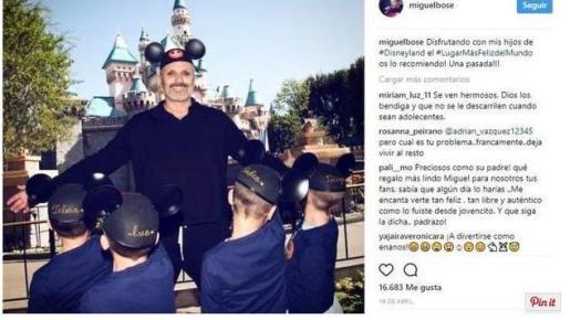 El propio cantante difundió luego la imagen en la red social Instagram: «Disfrutando con mis hijos de #Disneyland el #LugarMásFelizdelMundo os lo recomiendo! Una pasada!!!», en la que aparecen los menores de espaldas.