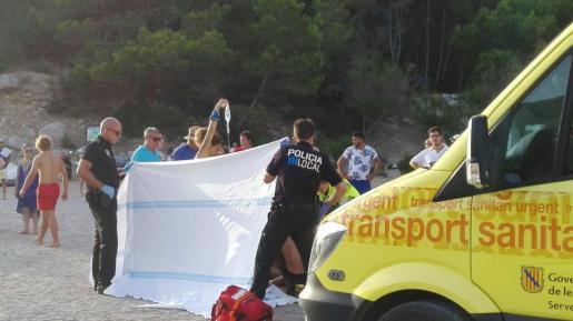 El accidente se produjo sobre las 19.00 horas. En la imagen, un momento en que la mujer de 30 años estaba siendo atendida por los servicios del 061.