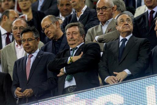 El presidente del FC Barcelona Josep Maria Bartomeu (i) el presidente en funciones de la REFF, Juan Luis Larrea (c) y el presidente del Real Madrid CF Florentino Pérez (d) durante el partido de ida de la Supercopa de España en el que el conjunto blanco se impuso por 1-3.