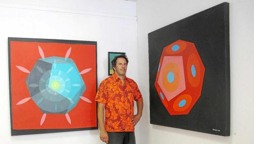 Diego Picabea, junto a algunas de sus obras.