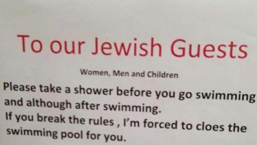 Imagen del cartel antisemita captada por una de las familias clientes del hotel.