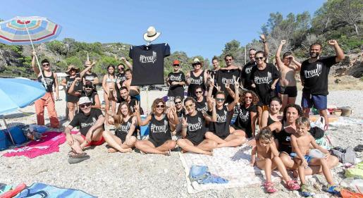 Varias decenas de activistas de Prou!, durante su acto de protesta en Cala Molí.