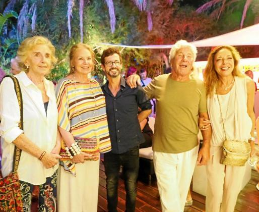 Willie Márquez junto a Ricardo Urgell, y otros invitados, el día de la inauguración.