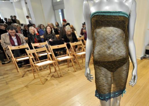 Posibles compradores observan el vestido transparente de punto que Kate Middleton lució en un desfile benéfico en la Universidad de St Andrews (Escocia) en 2002.