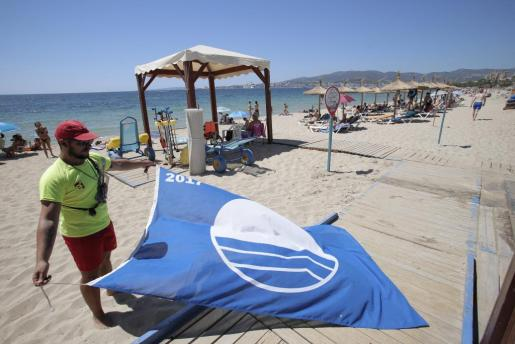 Retiran la bandera azul de la playa de Can Pere Antoni.