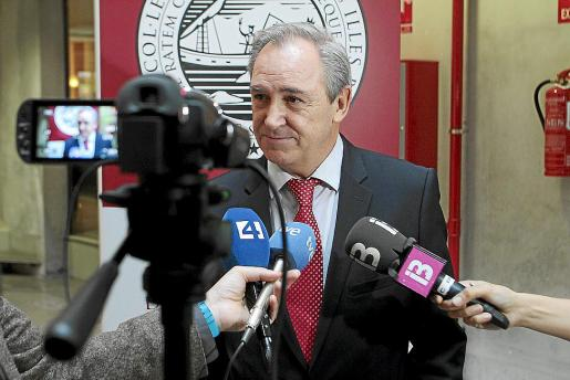 El decano del Colegio de Abogados de Balears, Martín Aleñar, atendiendo a los medios.