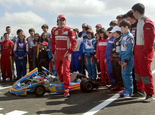 El piloto asturiano de Fórmula 1 Fernando Alonso (c) ha realizado ante 4.000 personas la prueba de asfalto del circuito de karting del complejo deportivo que lleva su nombre, ubicado en La Morgal, en el concejo asturiano de LLanera.