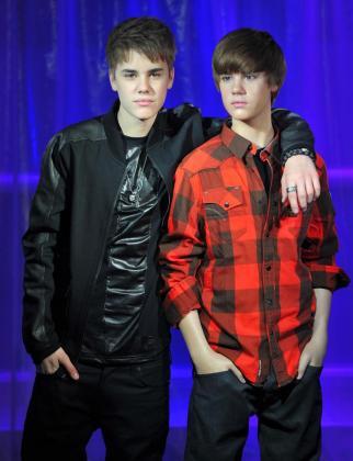 El cantante canadiense Justin Bieber con su replica en cera en el Museo de Madame Tussauds.