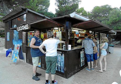 El típico chiringuito abre al público en verano hasta entrada la noche.