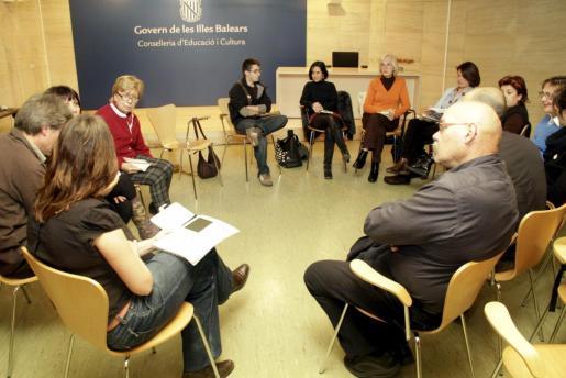 Los usuarios del Club de Lectura de la Biblioteca Pública Can Sales de Palma, durante una de las sesiones con E-book.