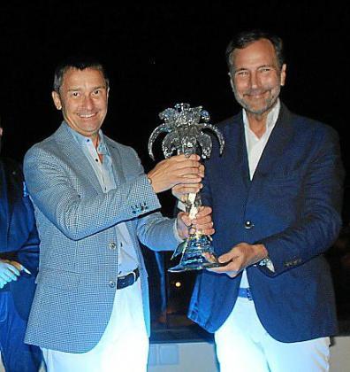 Antoni Ferrer le entrega el galardón a James Costos.