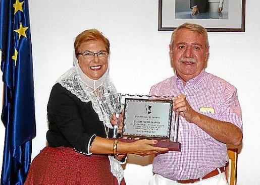 Cati Campins, presidenta de Sa Sínia, recibe una placa de manos del alcalde de Consell, Andreu Isern.