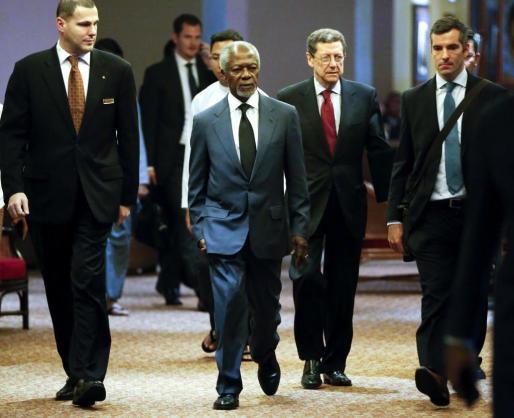 El ex secretario general de las Naciones Unidas Kofi Annan (c) llega a una rueda de prensa en Rangún (Birmania) este jueves de 2017. Una comisión creada por el Gobierno de Birmania (Myanmar) y presidida por Kofi Annan propuso hoy abordar los derechos de la minoría musulmana rohinyá para prevenir y resolver la violencia sectaria.