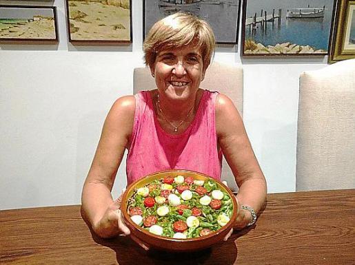 Carmen Barrado, junto a su ensalada de lentejas, canónigos y huevos de codorniz con Oli D.O.