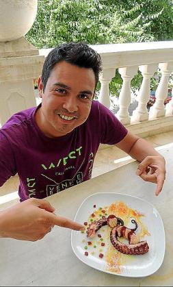 Camilo Pereira junto a su pata de pulpo con puré y chorizo.