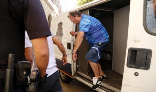 Uno de los detenidos este viernes antes de pasar a disposición judicial en Palma.