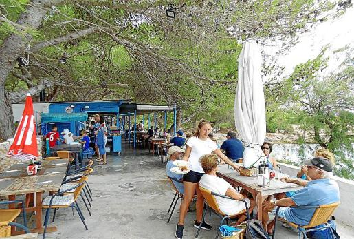 El chiringuito Blue Bar ofrece una amplia terraza panorámica.