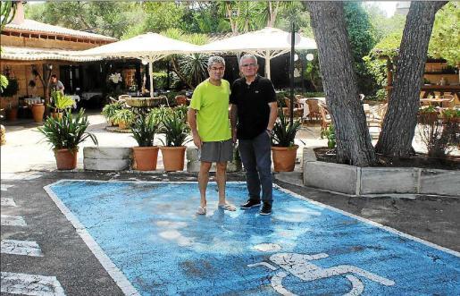Jaume Font y su hermano Biel, ayer, en la plaza de minusválidos por donde el coche invadió la terraza.