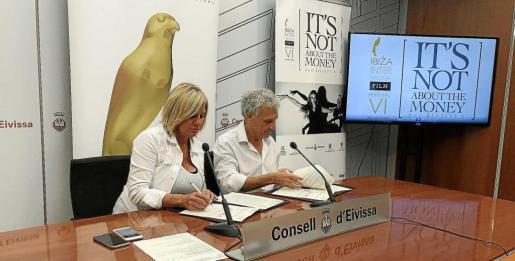 Momento en el que Marta Díaz, responsable de Industria y Xavier Benlloch, director del festival, firman el acuerdo de colaboración.