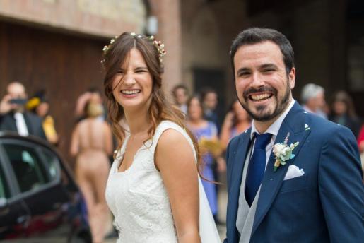 El coordinador federal de Izquierda Unida (IU), Alberto Garzón, y su novia Anna Ruiz, tras darse el 'sí quiero' ante unos 205 invitados.