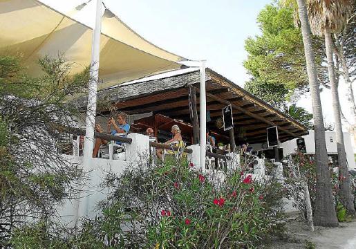 El restaurante de playa está en una terraza sobre la arena.