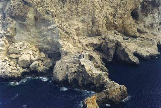 El faro de es Vedrà se levanta en la cara norte del islote y no es visible desde las costas de Ibiza por su ubicación y su pequeño tamaño.