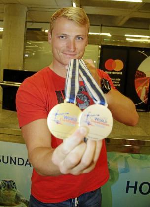 Marcus Cooper Walz muestra las dos medallas logradas en el Mundial de Racice.