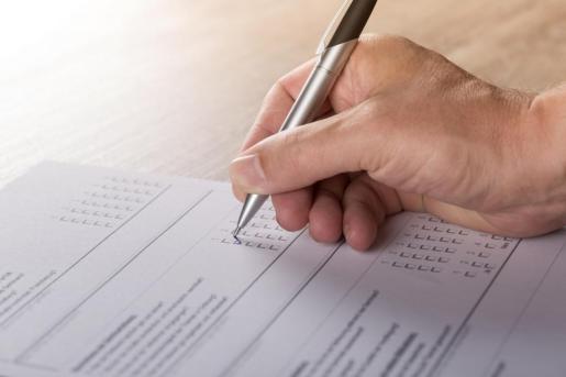 Imagen de archivo de una persona realizando un examen.
