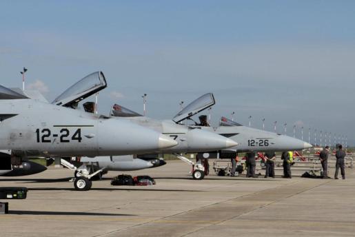 DCM02 DECIMOMANNU (ITALIA) 21/3/2011.- Imagen facilitada hoy, lunes 21 de marzo de 2011, que muestra los F-18 de la Fuerza Aérea española, en la base de Decimomannu, en la isla de Cerdeña, Italia, ayer 20 de marzo de 2011. Dos aviones caza F-18 españoles y un aparato de reabastecimiento en vuelo despegaron hoy de la base militar italiana de Decimomannu para su primera misión en Libia, informó a Efe el Ministerio de Defensa de España.EFE/Giuseppe Ungari   ITALIA LIBIA-ATAQUE/ESPAÑA