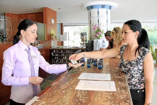 Los turistas pagarán el año que viene el doble que ahora por alojarse en un establecimiento turístico. La nueva tarifa del impuesto se acerca mucho más al precio que se paga en otras ciudades europeas por este mismo servicio, según remarca el Ejecutivo balear.