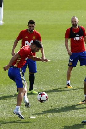 Marco Asensio, junto a David Villa y Andrés Iniesta, durante el entrenamiento realizado en la Ciudad del Fútbol de Las Rozas.