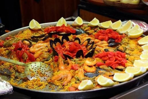 La paella es todo un icono de la gastronomía mediterránea.