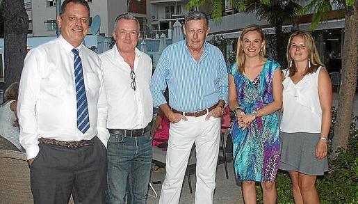 Jason Moore, editor del Majorca Daily Bulletin, con Simon King y Peter Worthington de Blevins Franks, y la vicecónsul británica Lucy Gorman y Lucy Smith.