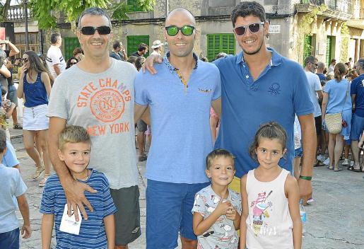 Joan Albert Bauçà, Pep Mas y Pere Febrer con los niños Albert, Alexandre y Aina.