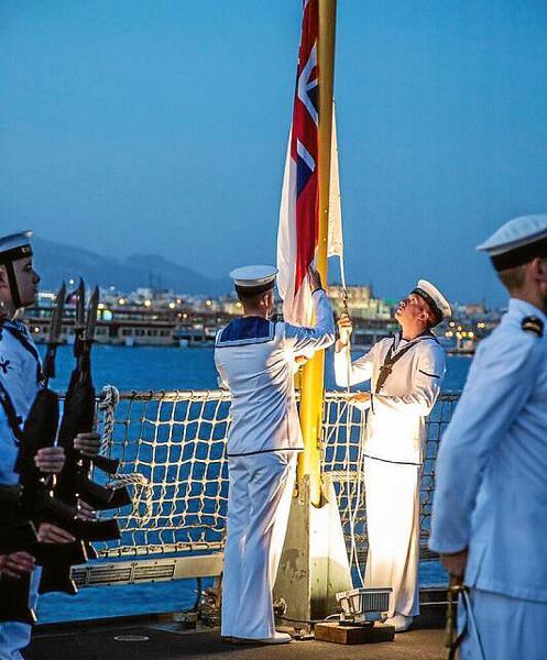 Cóctel a bordo del HMS Duncan de la Armada británica