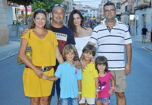 Maria Arraez, Pedro Bayle, Cristina García, Juanjo Veny y los niños Marc, Valentina y Pedro.