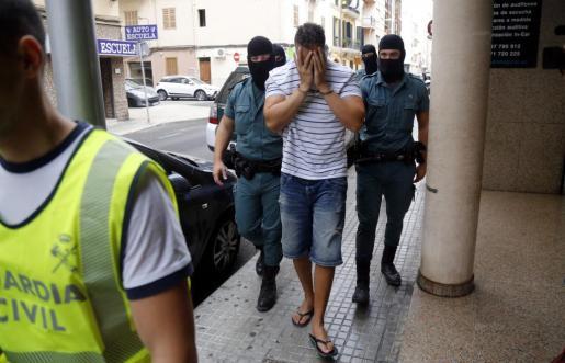 Agentes de la Guardia Civil custodian a uno de los detenidos este jueves en Palma.