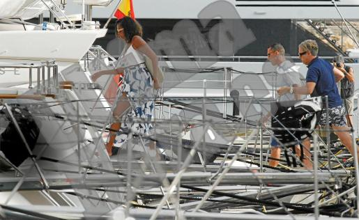 Michelle Obama, embarcando en Puerto Portals. Tras ella, con polo azul, Michael Smith.