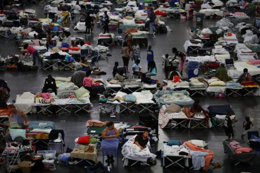 Miles de evacuados en Houston como consecuencia de Harvey.