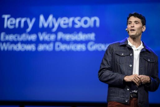 El vicepresidente ejecutivo de Microsoft, Terry Myerson, pronuncia un discurso durante la feria de tecnología de consumo IFA que se celebra en Berlín, Alemania, el 1 de septiembre del 2017.