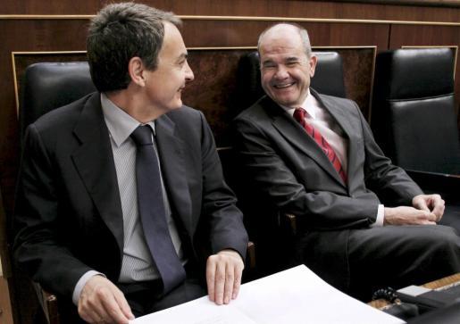 El presidente del Gobierno, José Luís Rodríguez Zapatero, conversa con el vicepresidente tercero y ministro de Política Territorial, Manuel Chaves, durante la sesión de control al Gobierno en la Cámara Baja.