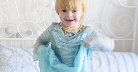 El pequeño Noah, de tres años, es un apasionado de la princesa Elsa, protagonista de la película «Frozen», y cuyo traje él lleva «a todas horas, todos los días», incluso para dormir.