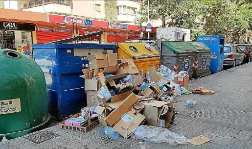 La basura se acumula fuera de los contenedores de basura y da una imagen lamentable.