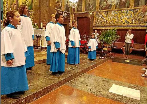 Tras la investidura los niños se incorporaron al coro.