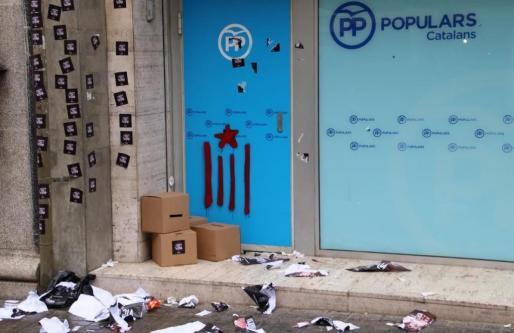 Fotografía de la fachada de la sede central del PP catalán en Barcelona. Varios dirigentes de la CUP apoyaron la acción con su presencia.