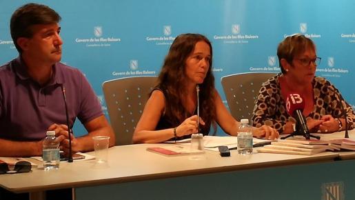 La directora general Maria Ramon, en el centro, durante la rueda de prensa.