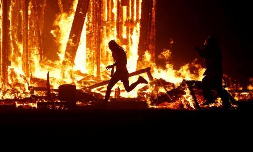 Momento en el que Aaron Joel Mitchel se interna entre las llamas.
