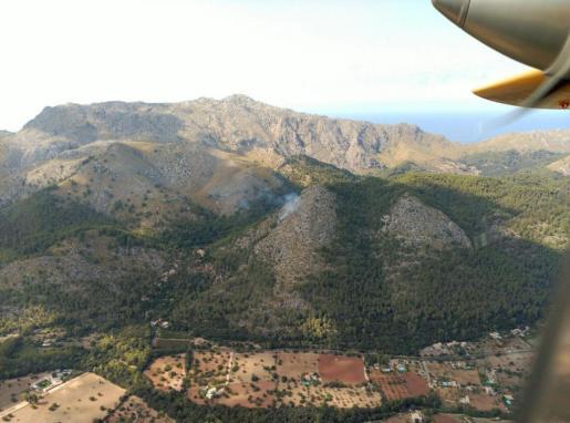 Diversos medios trabajan en la extinción del incendio que se ha declarado en la zona de Molins de Llinàs, en Pollença.