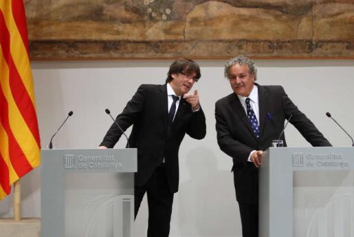 El presidente de la Generalitat, Carles Puigdemont (i), y el Premio Nobel de la Paz 2015, Ahmed Galai (d) este lunes en el Palau de la Generalitat.